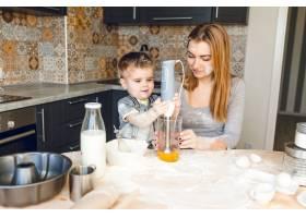 妈妈和孩子在厨房里玩耍厨房做的是深色和_9860699