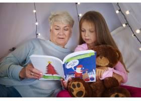 孙女和奶奶一起看图画书_11727611