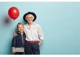 孙女和奶奶的全家福拥抱庆祝节日举着气球_11579316