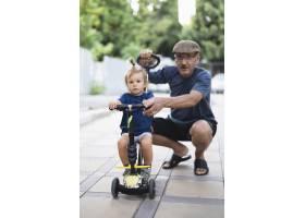 孙子和爷爷一起骑自行车_5618614