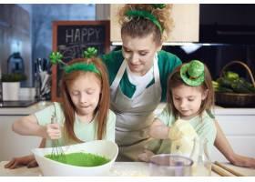 孩子们在母亲的监督下调和方糖糖霜_13452951