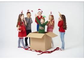 孩子们打开圣诞礼物时大吃一惊_11756624