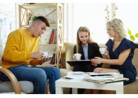 室内设计师和年轻夫妇一起工作可爱的家庭_12264830