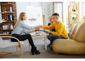 室内设计师和年轻夫妇一起工作可爱的家庭_12264834