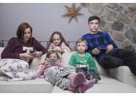 家庭在沙发上使用科技_2062728