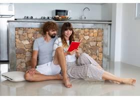 家里的浪漫情侣迷人的年轻女子和英俊的男_13031062