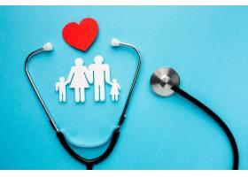 带有心形和听诊器的家庭型人物_7413244