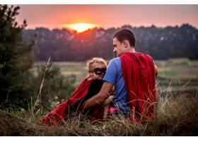 小女孩和爸爸穿着超级英雄的衣服幸福美满_8946210