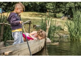 小男孩女孩在船上钓鱼_9046311
