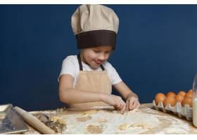 可爱的8岁男孩穿着米色围裙戴着帽子站_10897641
