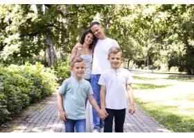 可爱的一家人在公园度过时光_5110031