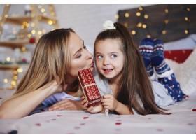可爱的女孩给妈妈送圣诞礼物_11756992