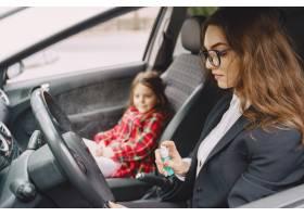 可爱的妈妈和她的女儿开车旅行_8898033