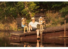 可爱的小女孩和她们的爷爷在湖边或河边钓鱼_13457464