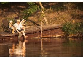 可爱的小女孩和她们的爷爷在湖边或河边钓鱼_13457468