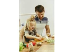 可爱的小女孩和她漂亮的父母在家里的厨房里_12699598