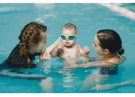 可爱的小男婴带着孩子的教官带着儿子的_11183567