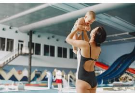 可爱的小男婴母亲和儿子一家人在水边玩_11183321