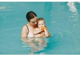 可爱的小男婴母亲和儿子一家人在水里玩_11183342