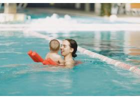可爱的小男婴母亲和儿子一家人在水里玩_11183590