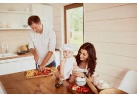 坐在厨房里的母亲父亲和儿子_2915140