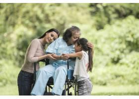 坐在轮椅上的快乐奶奶带着她的女儿和孙子在_2888824