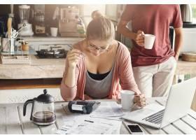 夫妻共同管理国内预算戴眼镜的年轻女性手_9531866