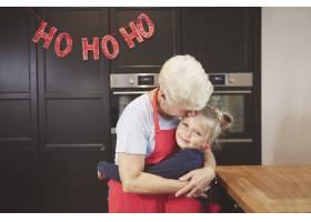 奶奶和孙女在厨房拥抱_11728075