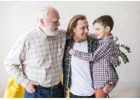 不同世代的居家男人拥抱在一起_4361412