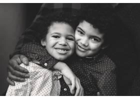 两个可爱的混血兄弟拥抱在一起_13307670