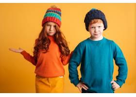 两个困惑的红发小孩子戴着暖和的帽子_6516059