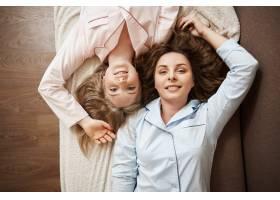 两位迷人的高加索女模特穿着舒适的睡衣躺在_8357918