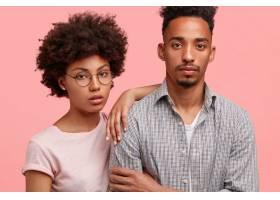 严肃的黑人男女伴侣的剪裁照片有深思熟虑的_10546651
