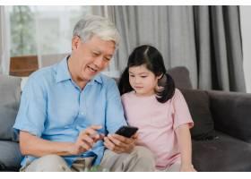 亚洲祖父母和孙女在家使用手机年长的中国_5820816