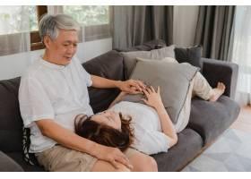 亚洲老两口在家中放松亚洲年长的中国祖父_5820759