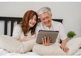 亚洲老年夫妇在家使用平板电脑亚洲年长的_5820707