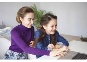 人关系科技娱乐休闲的概念两个快_10897850