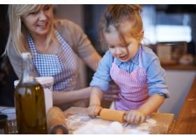 全家人一起在厨房做饭_12231393