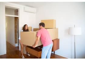 兴奋的年轻夫妇搬进了新公寓小心翼翼地搬_10607951