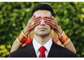传统的印度教婚礼新娘从背后拥抱新郎温柔_3983087