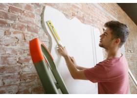 准备自己做公寓修缮的年轻人在家居改建或_11529723