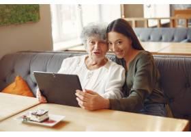 一个教祖母如何使用平板电脑的女孩_7590249
