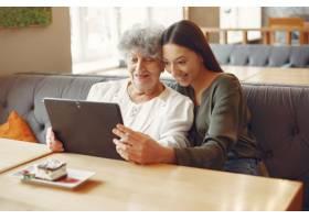 一个教祖母如何使用平板电脑的女孩_7590250