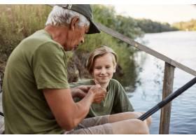 一个渔夫教他的孙子钓鱼饵这是著名的捕鱼_12843370