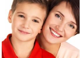 一位幸福的年轻母亲和8岁的儿子在空白区域_10881272