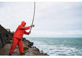 一位老人在海边的岩石上钓鱼的肖像钓鱼概_10104166