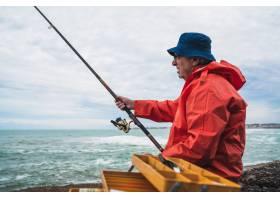 一位老人在海里钓鱼的肖像钓鱼概念_11091203