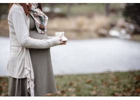 一名孕妇抱着婴儿鞋的特写镜头_8943717
