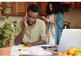 一名沮丧的非洲年轻失业男子与他的朋友通手_9534787
