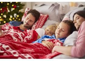 一家人在圣诞节早晨睡觉_11727704